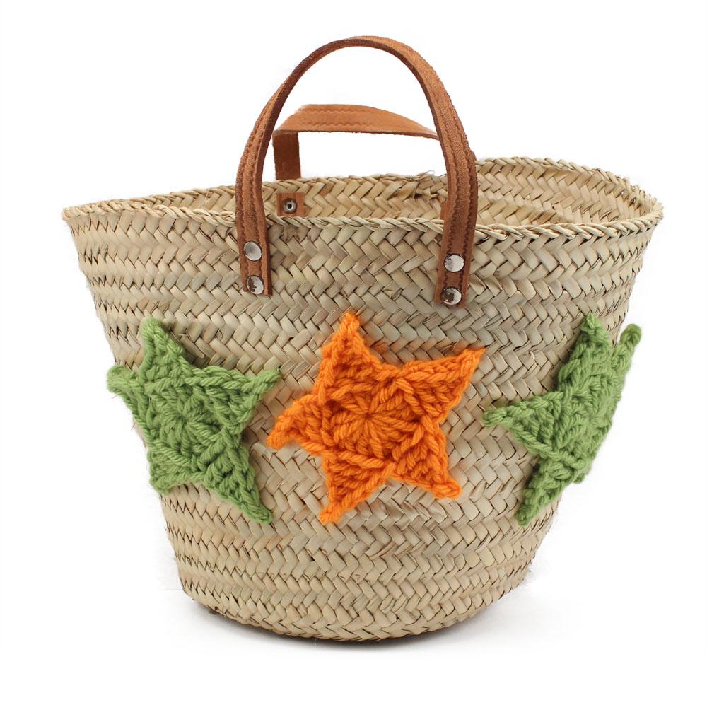 cesta de mimbre con estrellas de lana grandes - Como Decorar Cestas De Mimbre
