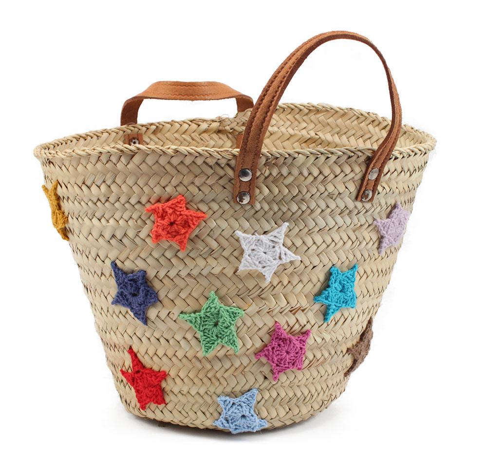 Customizar una cesta de mimbre con estrellas de lana - Como adornar una cesta de mimbre ...