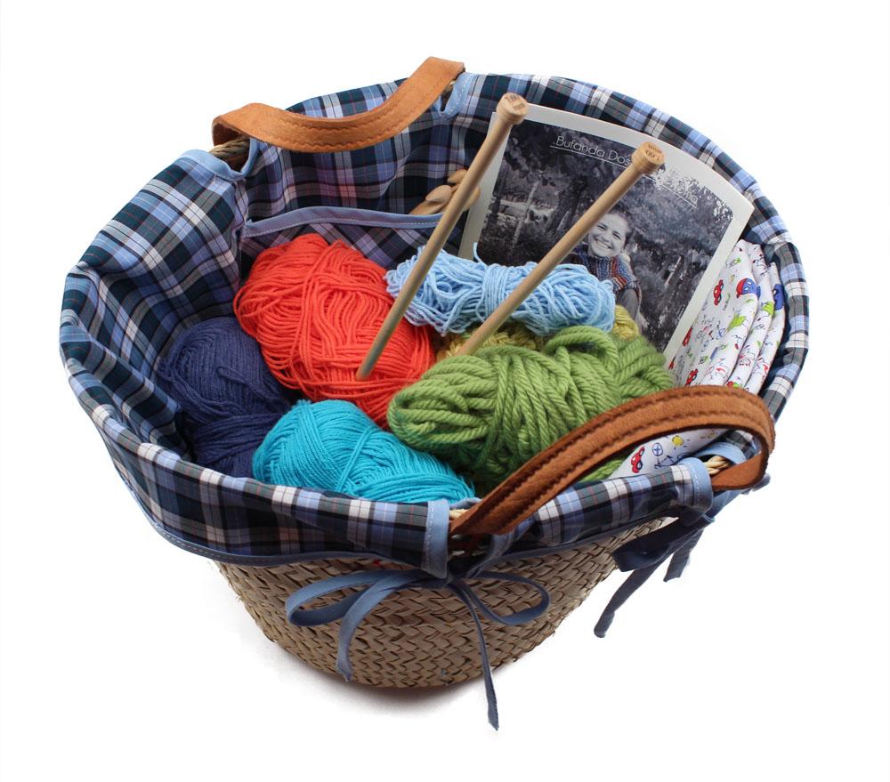 cesta-de-mimbre-decorada-con-tela-llena-de-restos-de-lanas