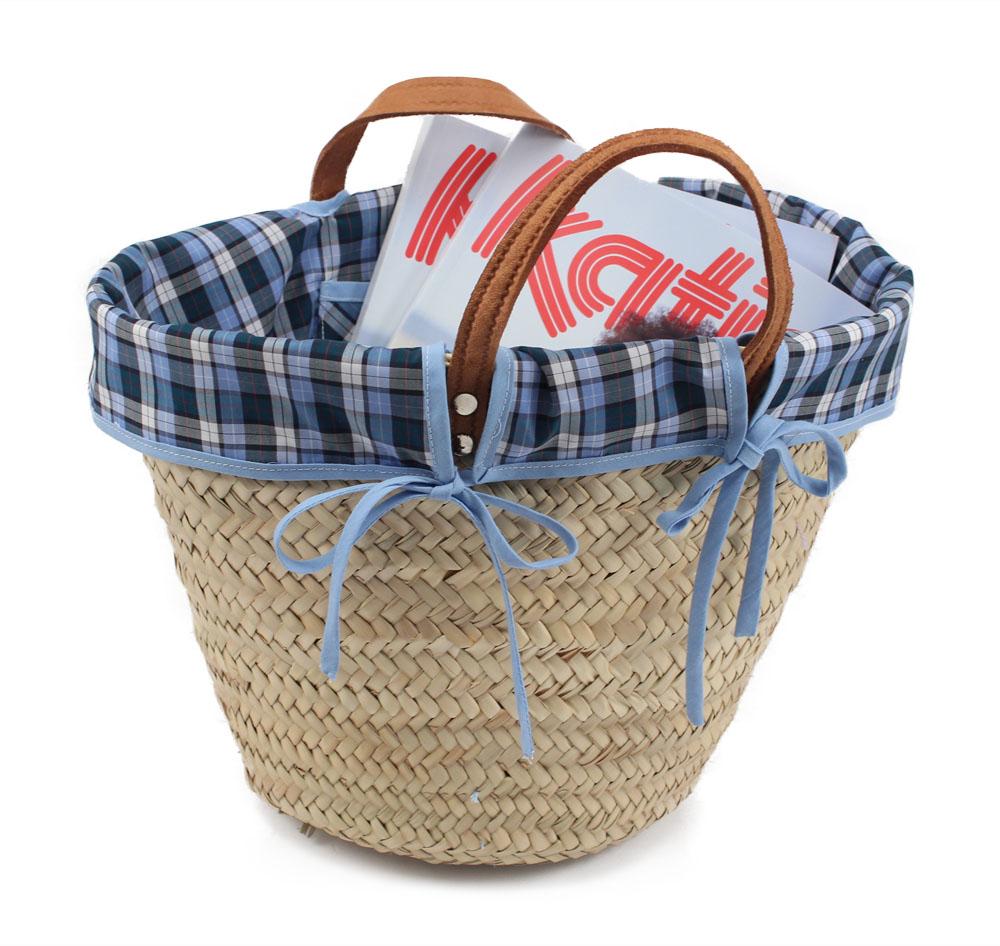 cesta-de-mimbre-decorada-con-telas-y-revistas-de-lanas-katia