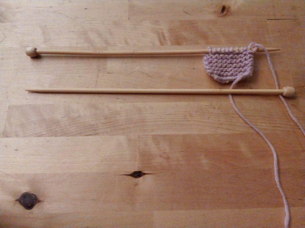 Después de hacer los cálculos, procedemos a montar los puntos en la aguja. Para una muestra de ganchillo, no hace falta montarlos.