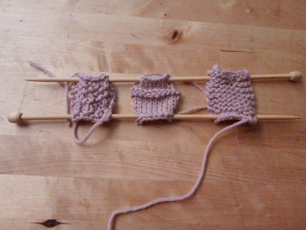 Tres muestras de lana tejidas a punto arroz, punto jersey con un cambio a punto bobo y punto del derecho. Una muestra de ganchillo se haría poco a poco.