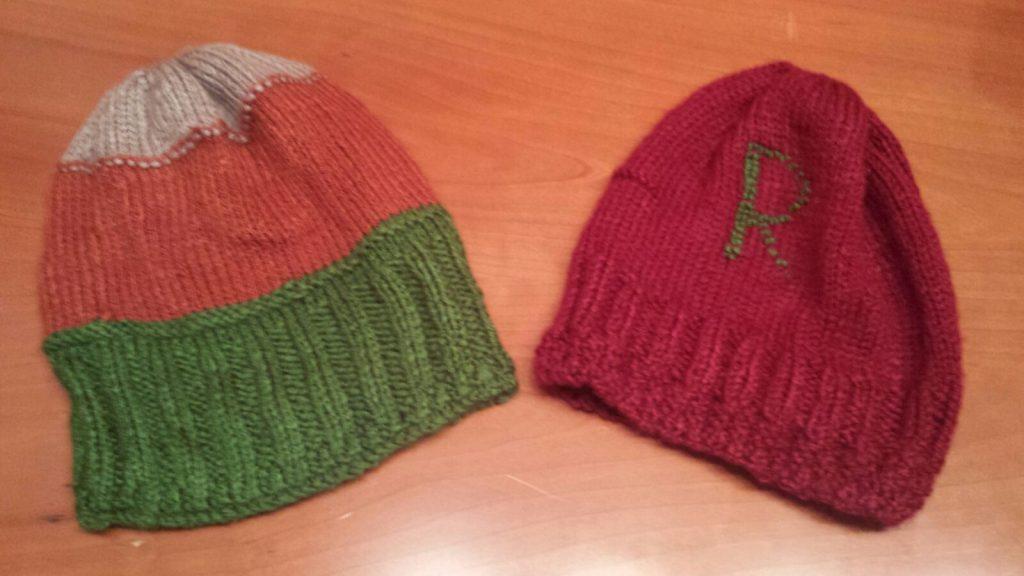 Dos gorros de lana para dos niños pequeños.