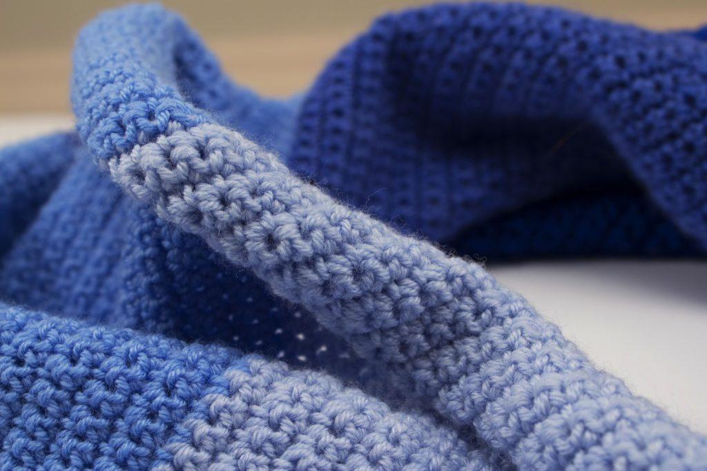 Vista de cerca del chal de ganchillo en tonos azules de katia ombre