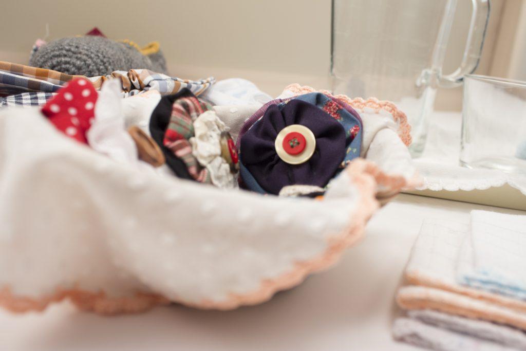 Un conjunto de flores de tela como regalo DIY para navidad