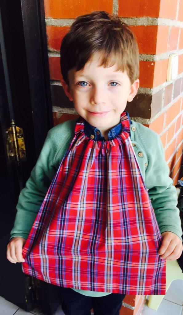 Niño con babero servilleta de telas infantiles