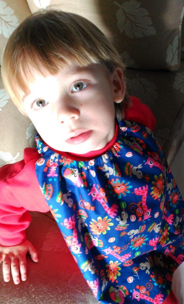 El Niño de Yedra con babero de telas infantiles
