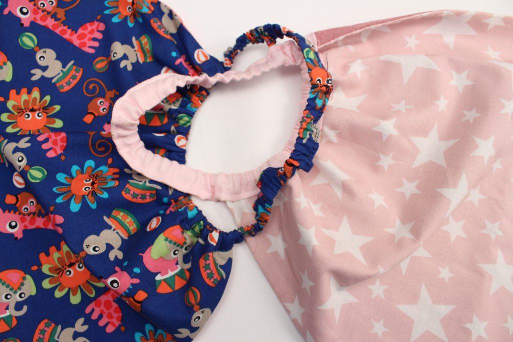 Dos baberos servilletas hechos con telas infantiles