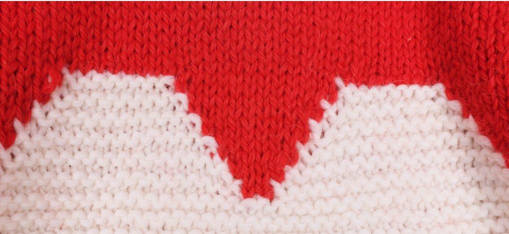 Corazón de lana DIY bordado en una labor
