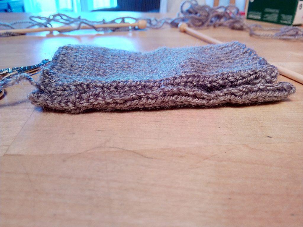 Dobla el rectángulo de lana longitudinalmente para hacer tus regalos para el día del padre