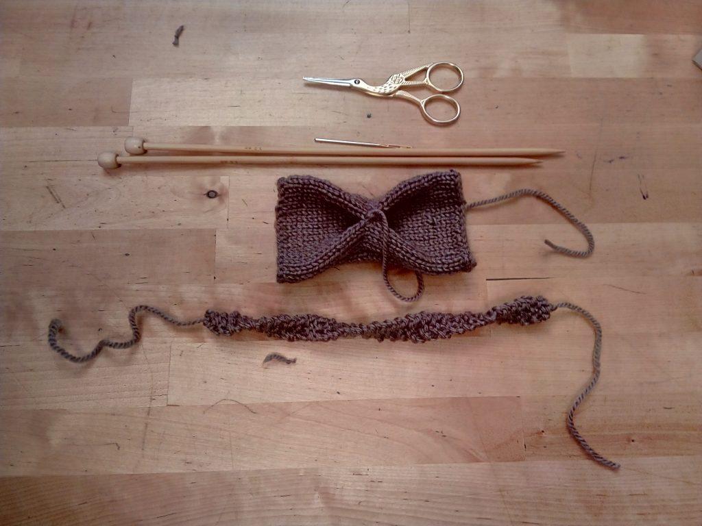 Termina la tira y deja una hebra de 5 cm a cada lado de tus pajaritas de regalos del día del padre