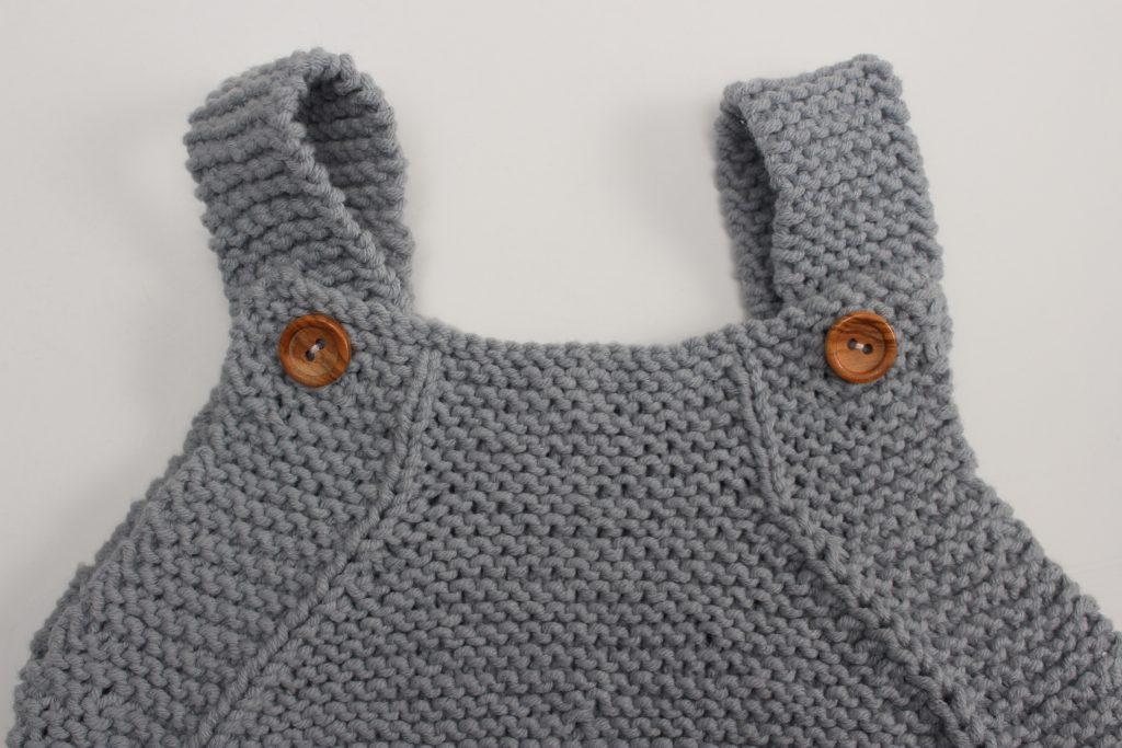Haz los ojales en la parte delantera del peto para bebe